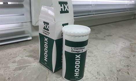 Упаковка и банка таблеток hoodix на подоконнике