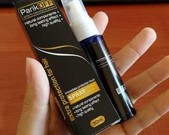Упаковка и спрей для роста волос parikoff в руках