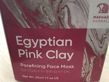 Egyptian Pink Clay для лица на столе.